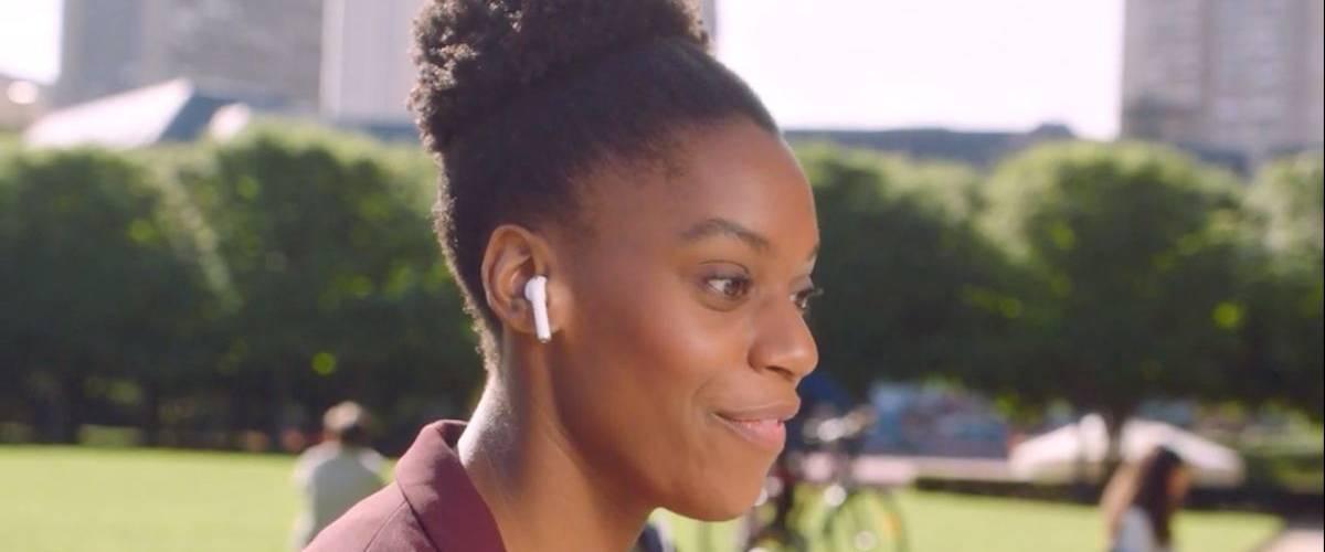 Une jeune femme est au téléphone dans un parc à New York