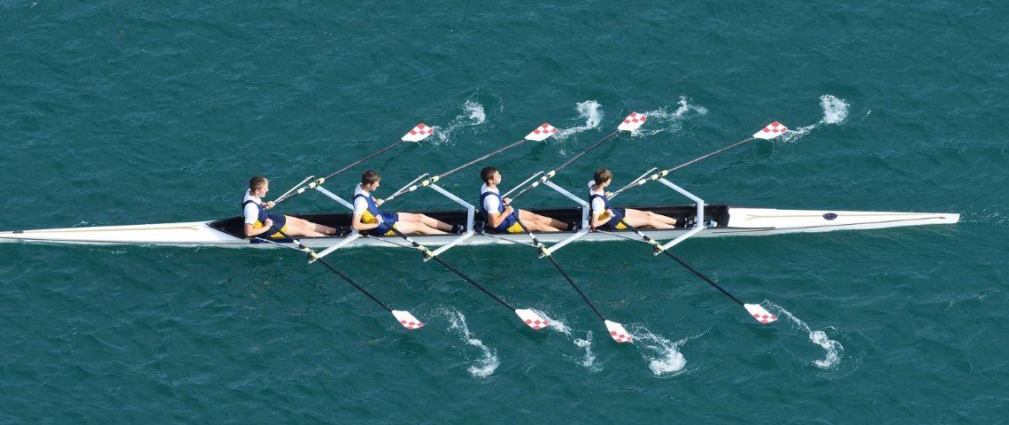 Quatre sportif sur une embarcation de sport nautique