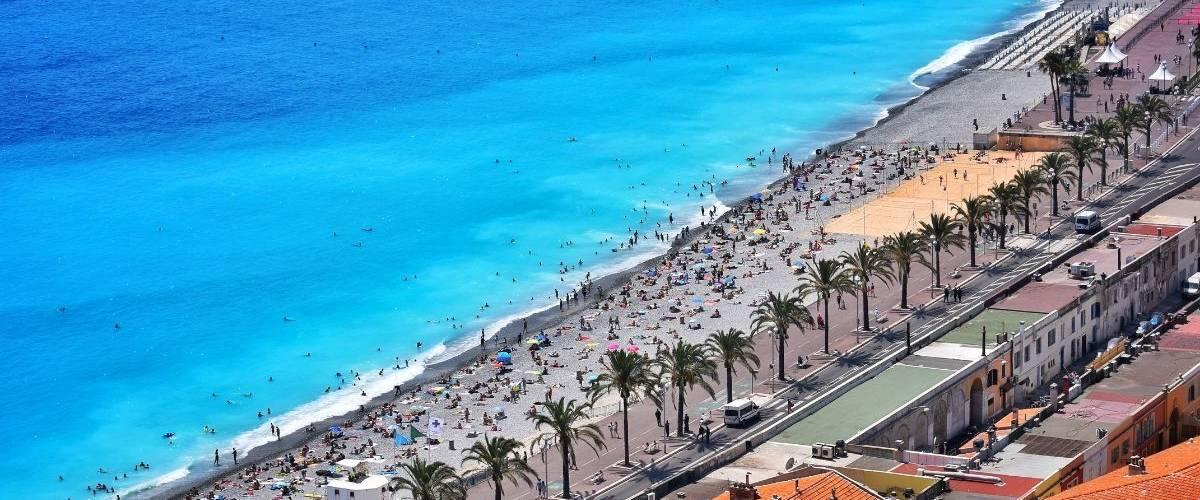 Une plage de la ville de Nice remplie de vacanciers