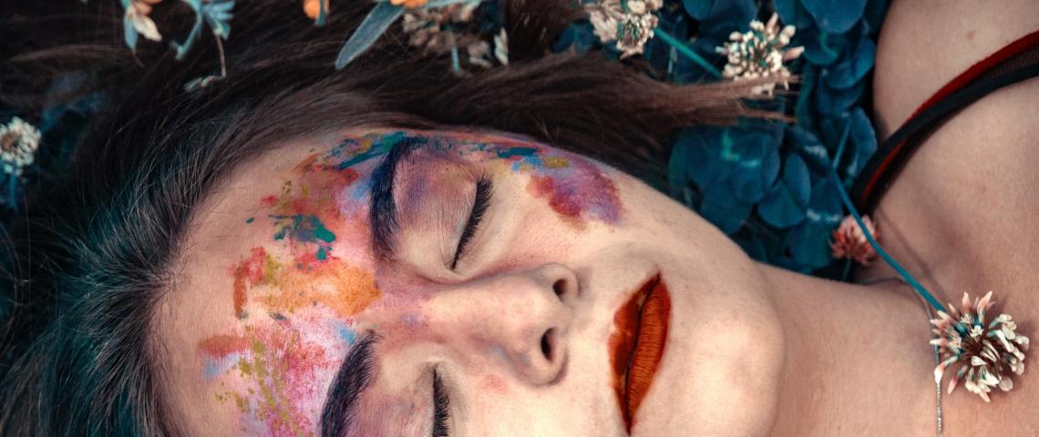 jeune femme yeux fermés avec peinture sur le visage