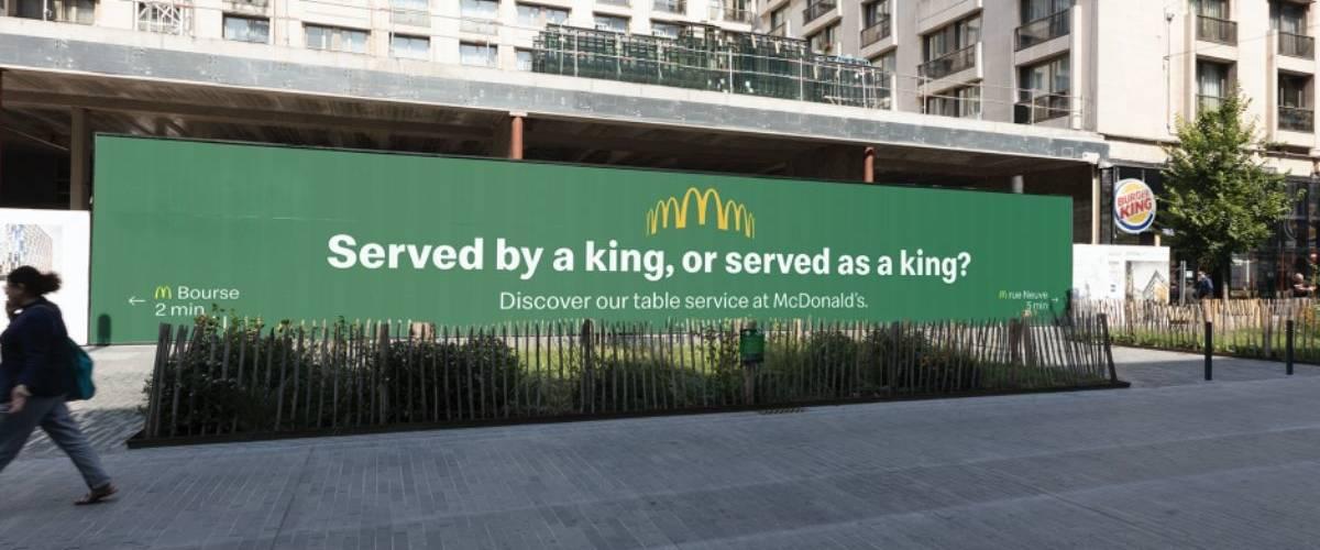 Une affiche McDonald's dans une rue de Bruxelles