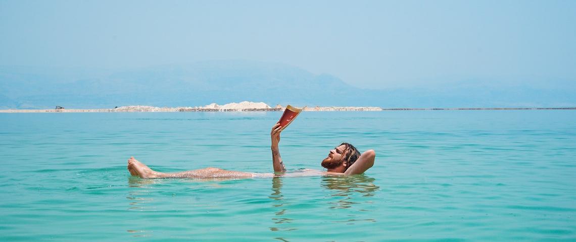 Homme à barbe lit dans l'eau.