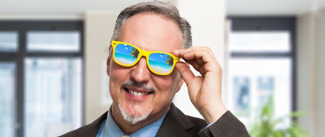 homme avec des lunettes de plage
