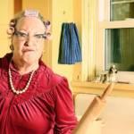 Grand-mère mécontente dans une cuisine