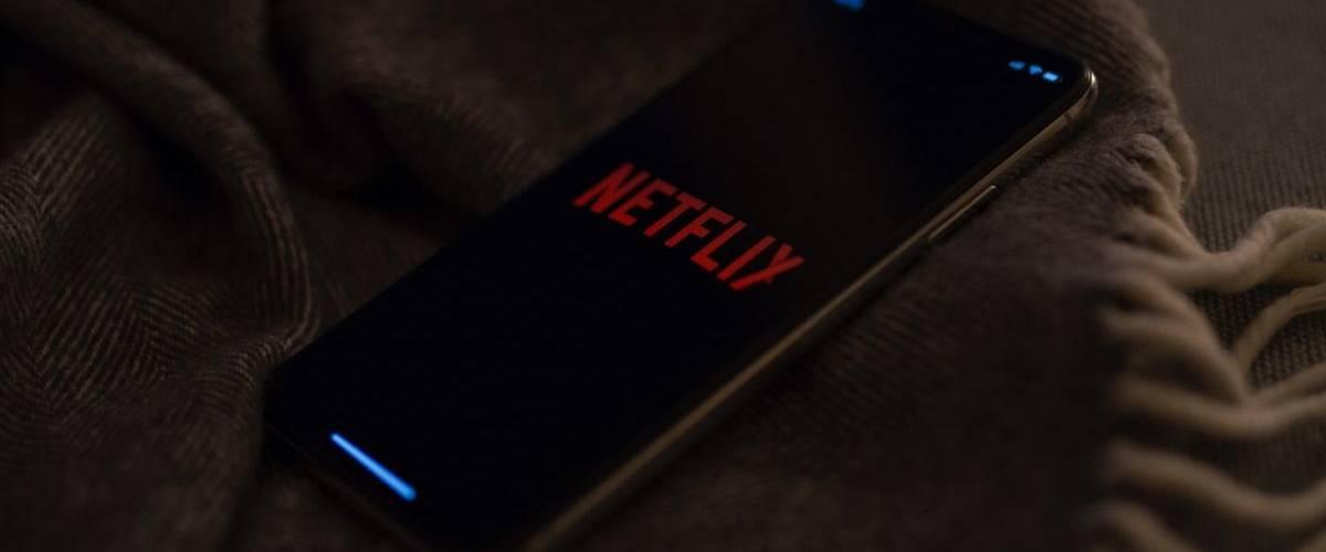 Un téléphone allumé sur l'application de streaming Netflix