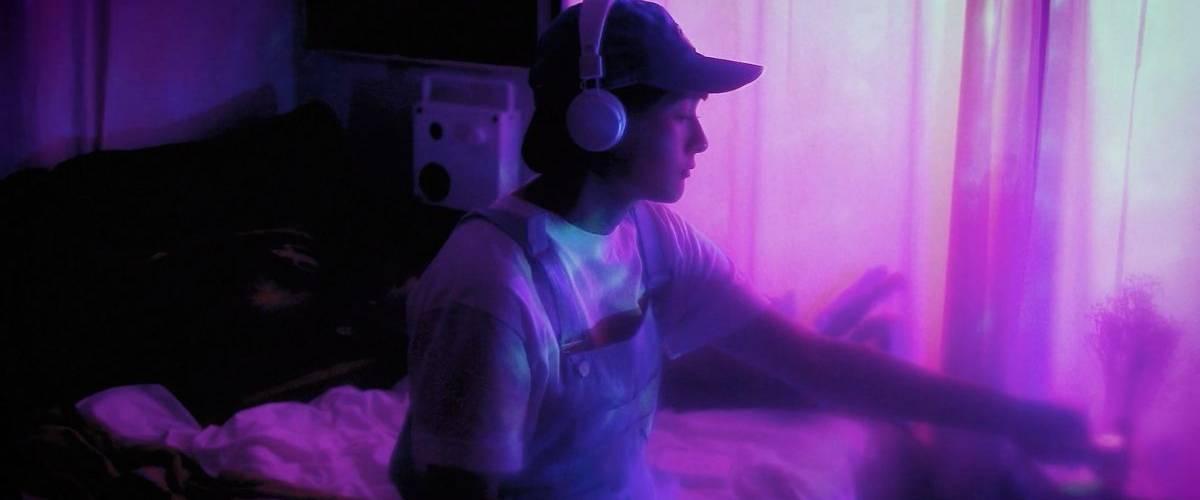 Une jeune femme écoutes sa musique sur son walk-man bluetooth