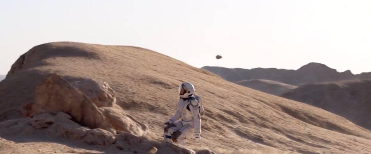 Un astronaute surf sur la surface de la lune