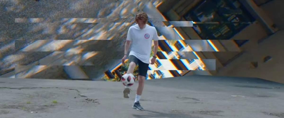 Un jeune homme qui joue avec un ballon de football