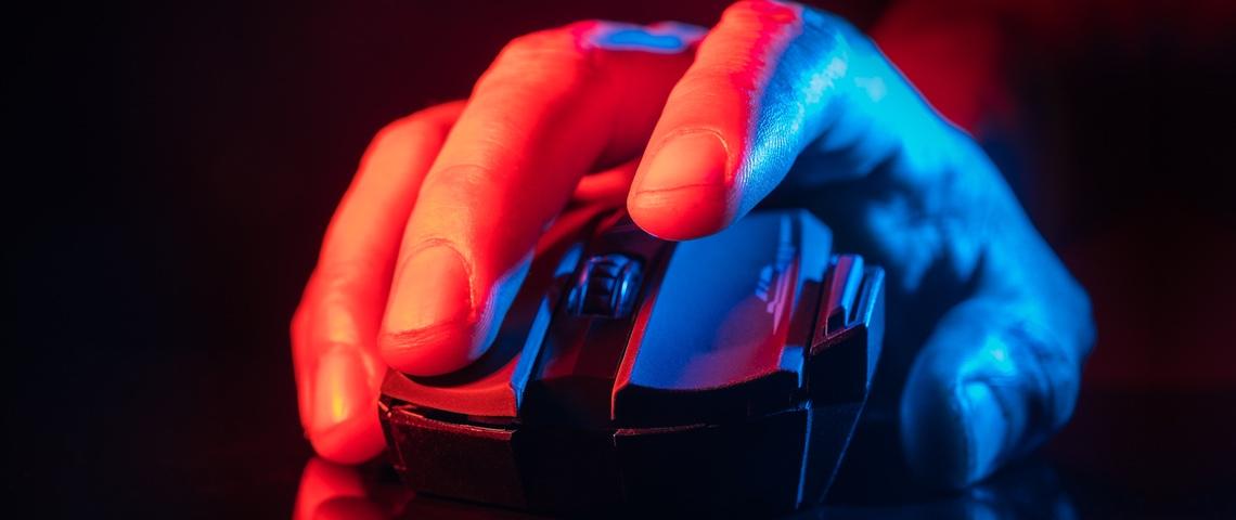 Une main d'homme cliquant sur une souris d'ordinateur