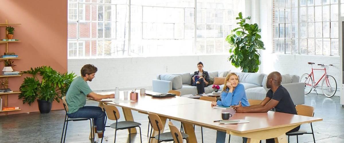 Un groupe travaille sur une table dans un espace de co-working