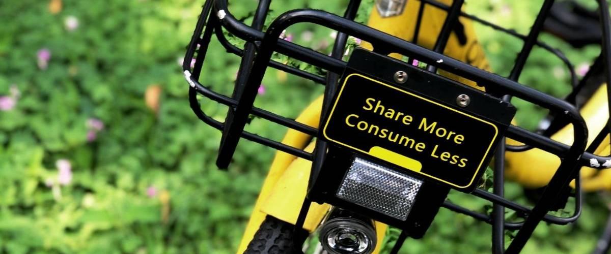 Un vélo jaune dans un parc