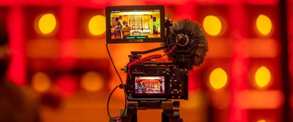 Une camera film une scène sur un plateau