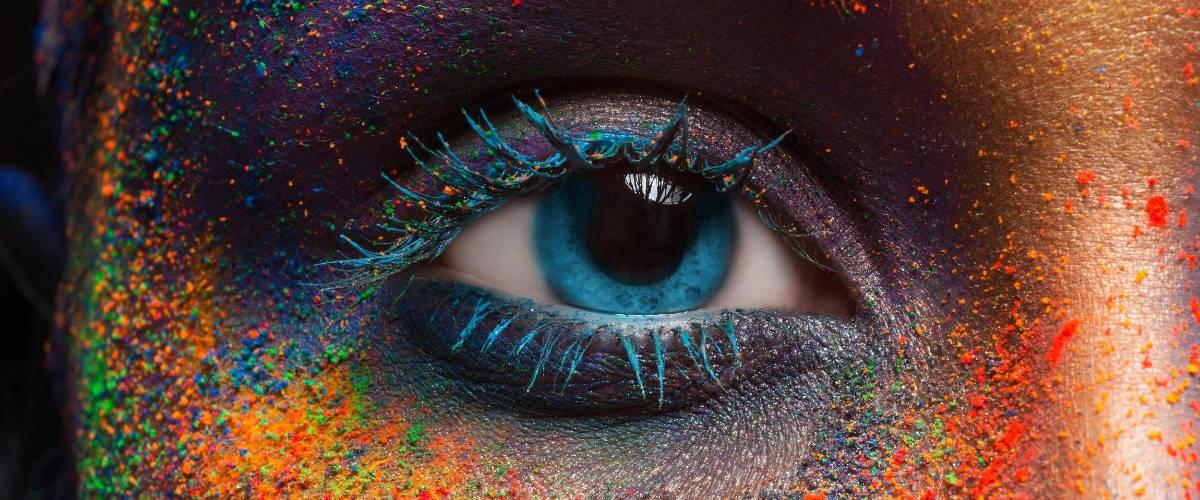 Un oeil avec des pigments de couleurs