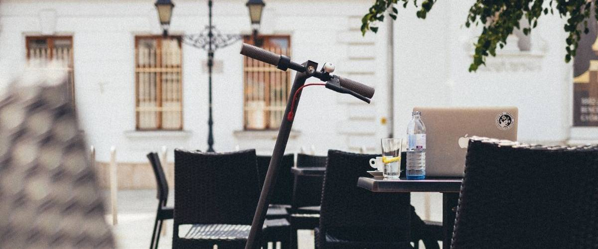 Une trottinette électrique sur terrasse de café