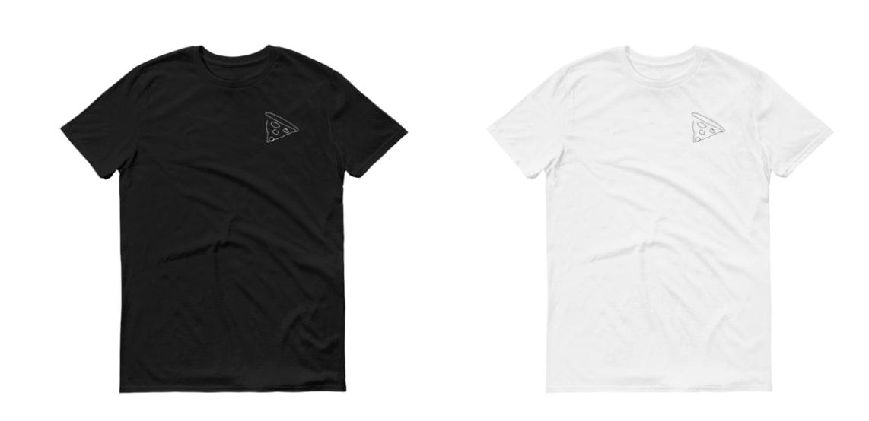 Un t-shirt noir et un t-shirt blanc