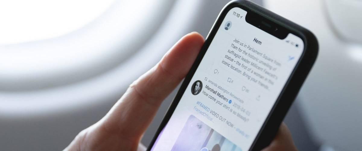 Un homme regarde son fil d'actualité Twitter