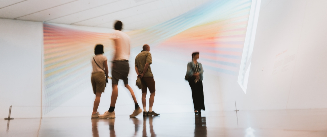 des visiteurs dans un musée