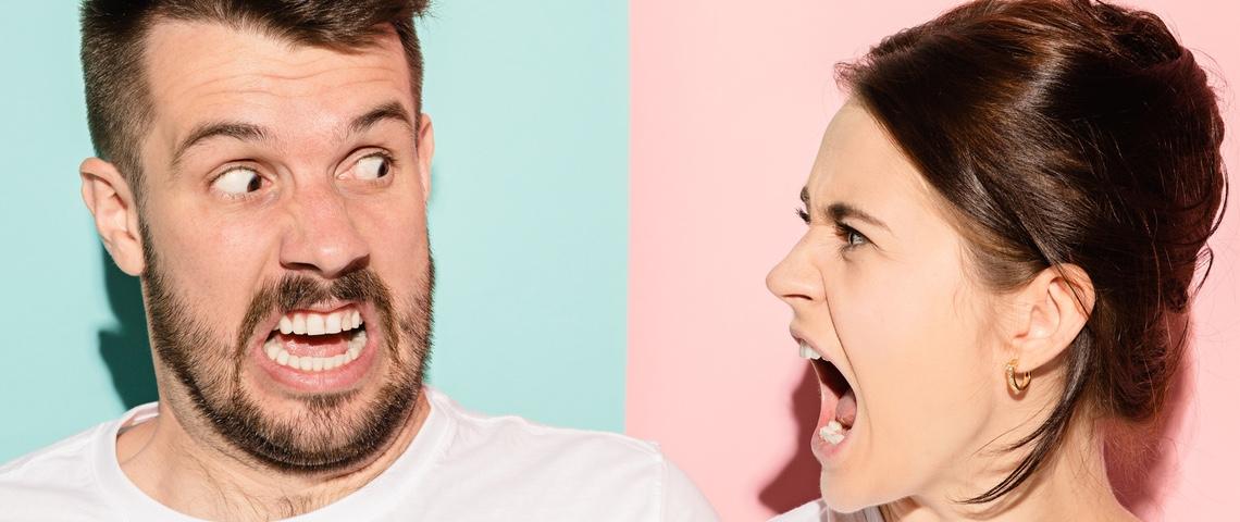 Un homme et une femme se disputent en gros plan