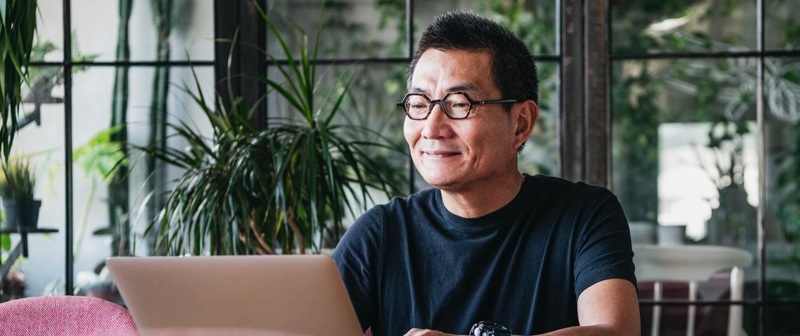Homme asiatique tape sur un ordinateur