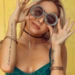 Une femme pose avec des lunettes