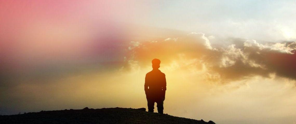 Une silhouette d'homme seul
