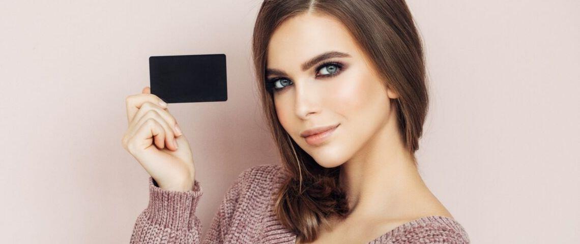 Une femme portant une carte de fidélité
