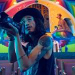 Un jeune homme avec un appareil photo dans les mains