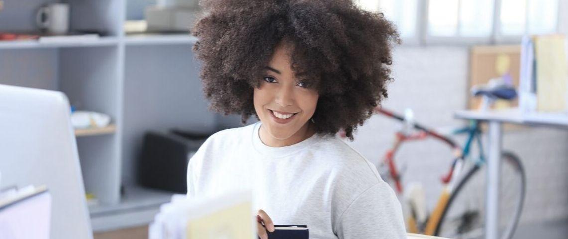 Femme d'affaires souriante