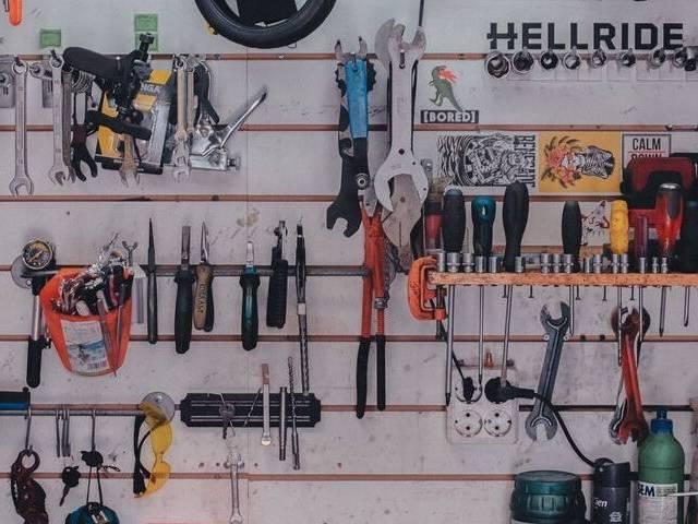 Un atelier de bricolage avec des outils