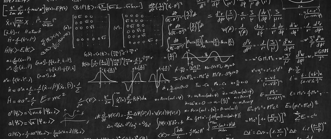 Tableau noir où sont écrit des formules mathématiques complexes.