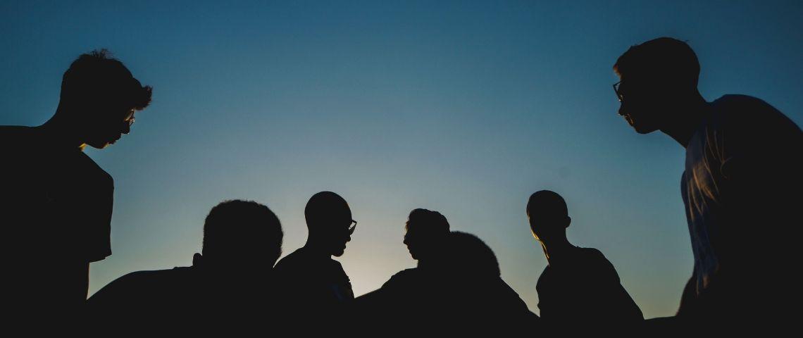 Silhouettes d'un groupe de personnes
