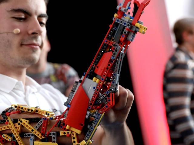 un homme sans bras avec une prothèse lego