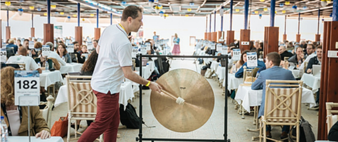 Hervé Bloch en train de frapper un gong