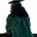 Une étudiante diplômée de dos