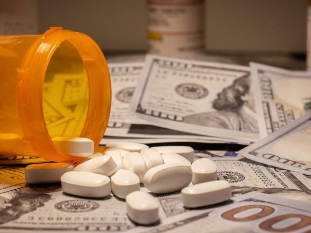 Une boîte de médicaments renversés sur des billets de banque
