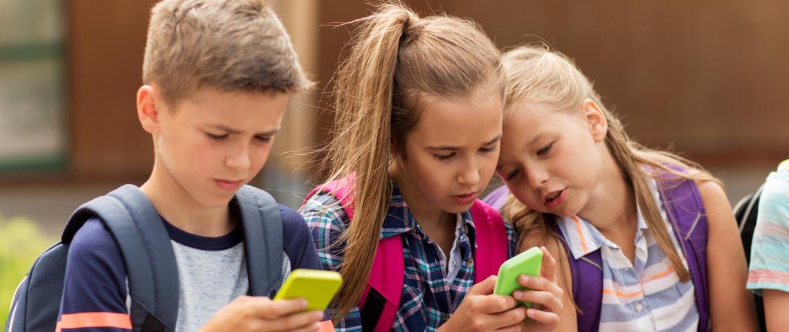 Des enfants sur leur smartphone