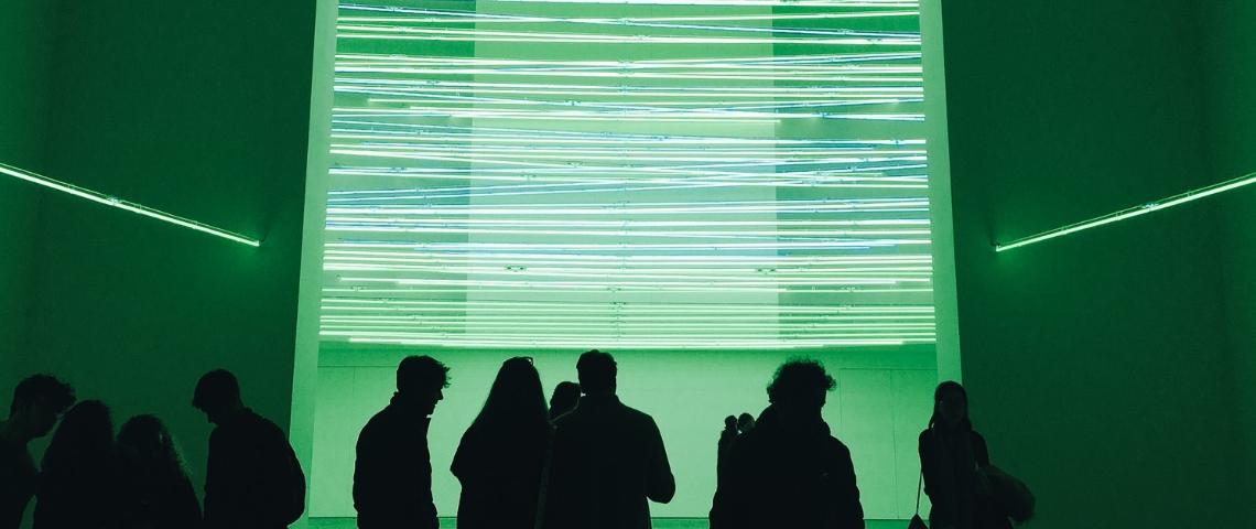 des personne dans une salle de musée verte