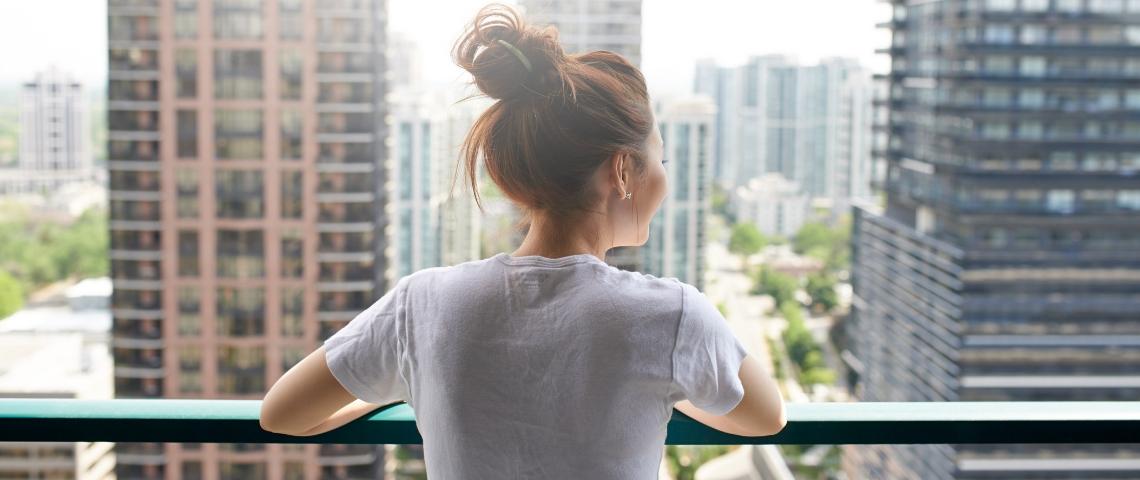 Une femme au balcon
