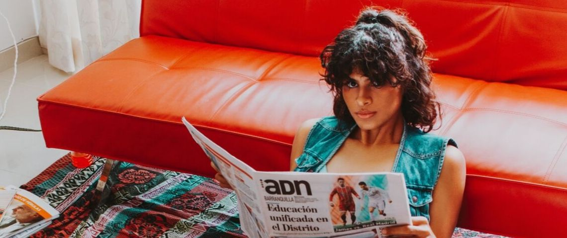 Femme assise lit journal
