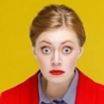 Une femme en blazer rouge s'étonne