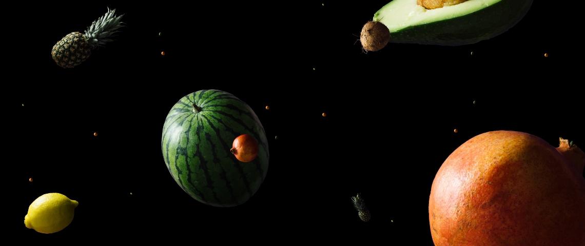 Des fruits qui flottent dans l'espace