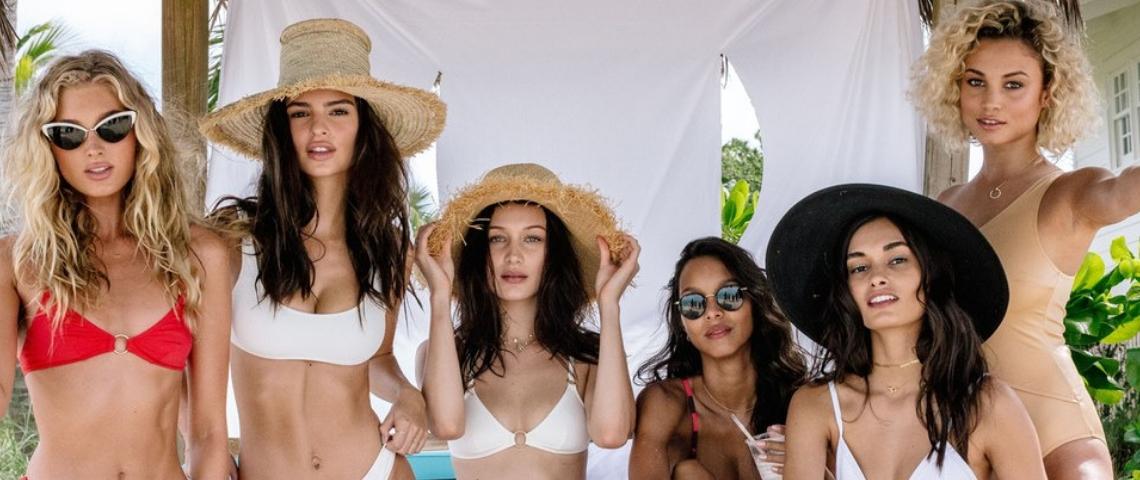 un groupe de manequins en maillots de bain