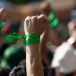 Des personnes avec un bracelet vert manifestent