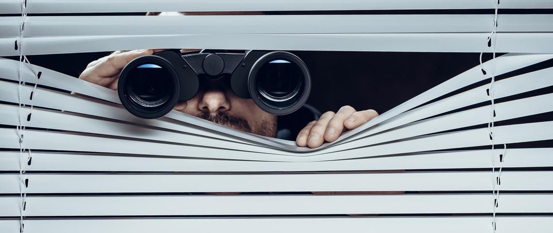 homme qui espionne ses voisins