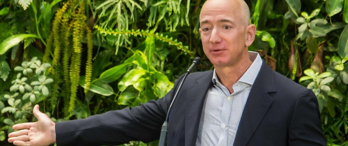 Jeff Bezos devant des plantes en train de donner un discours