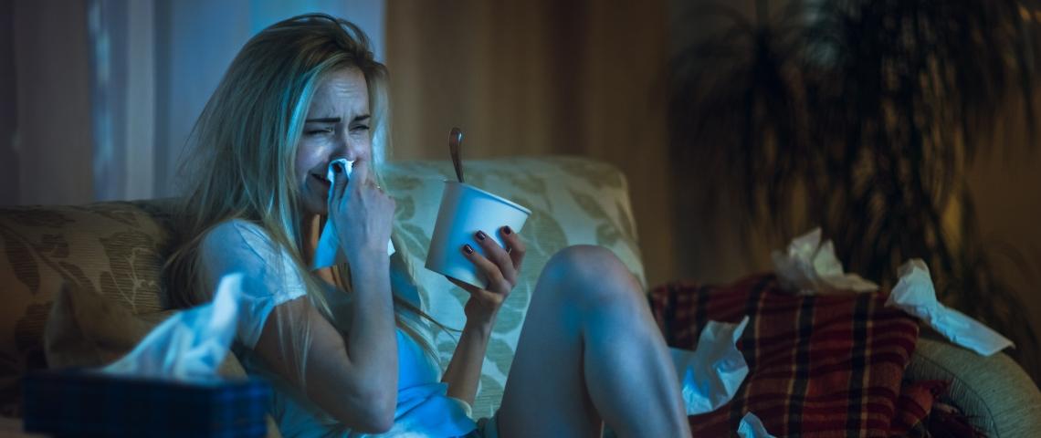 une femme pleure devant la télé