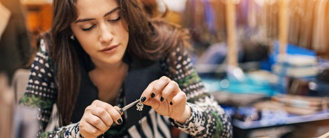 Une jeune femme fait de la joaillerie
