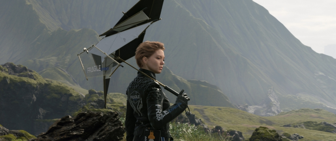 une jeune femme en combinaison moulante dans une zone montagneuse.