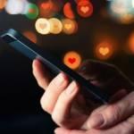 Un smartphone noire avec des notifications en forme de coeur