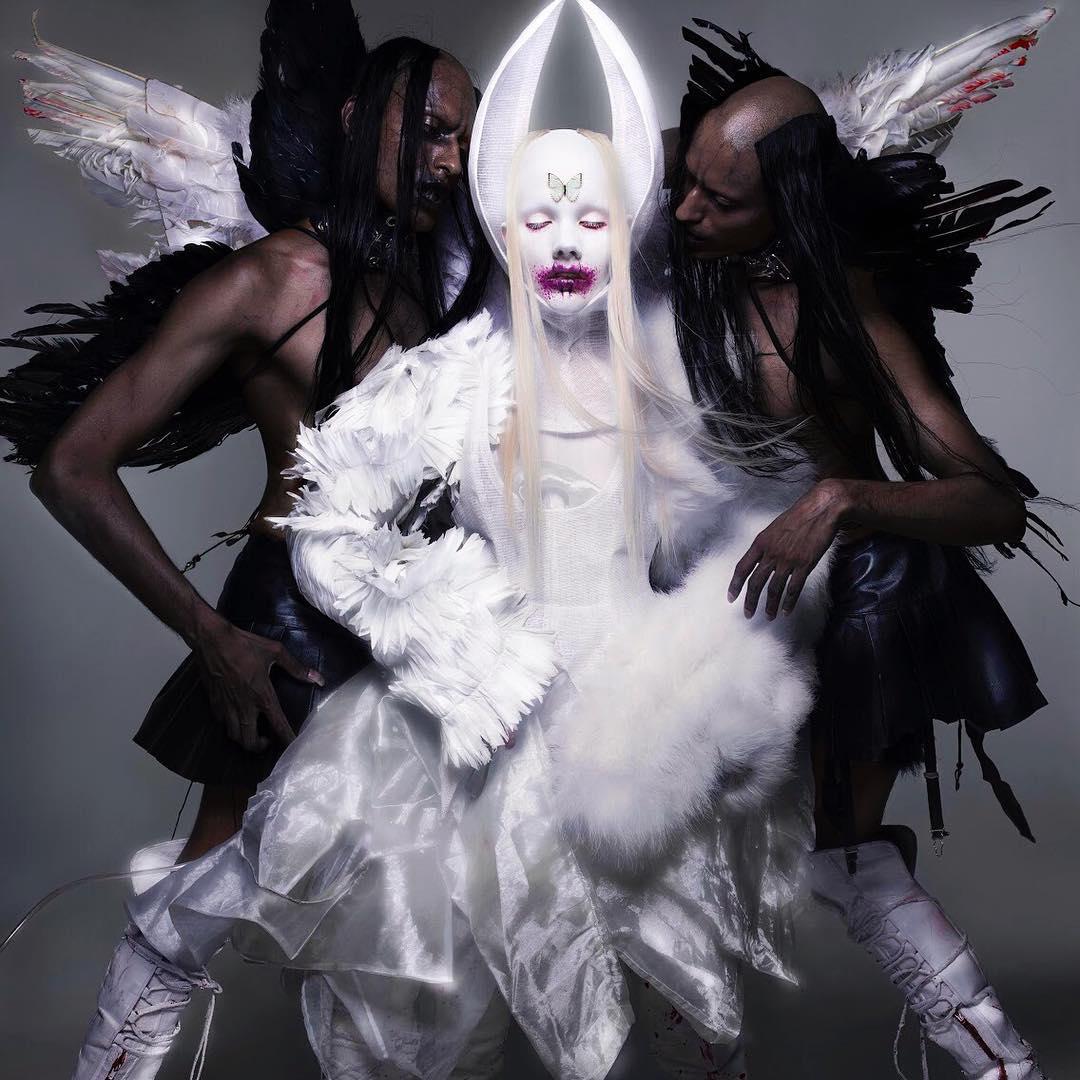 Ange blanc entouré de deux anges noirs